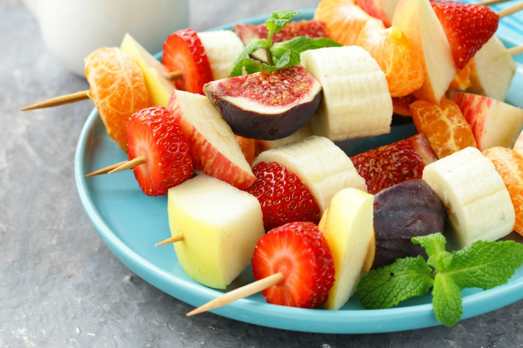 Postre ligero con brocheta de frutas